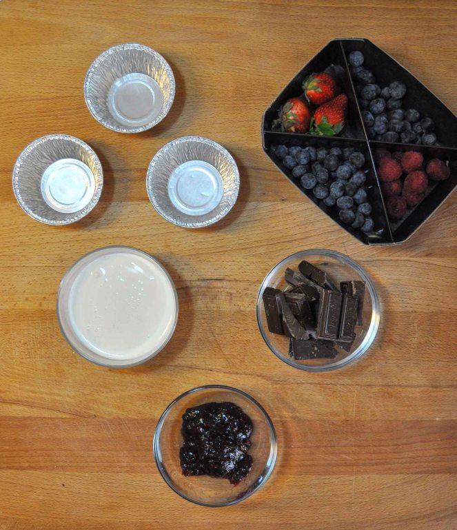 Cestini di cioccolato con lamponi e mirtilli (11)