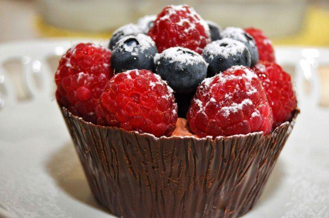 Cestini di cioccolato con lamponi e mirtilli (9)