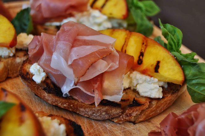 Bruschetta pesche grigliate jamon iberico e ricotta (5)