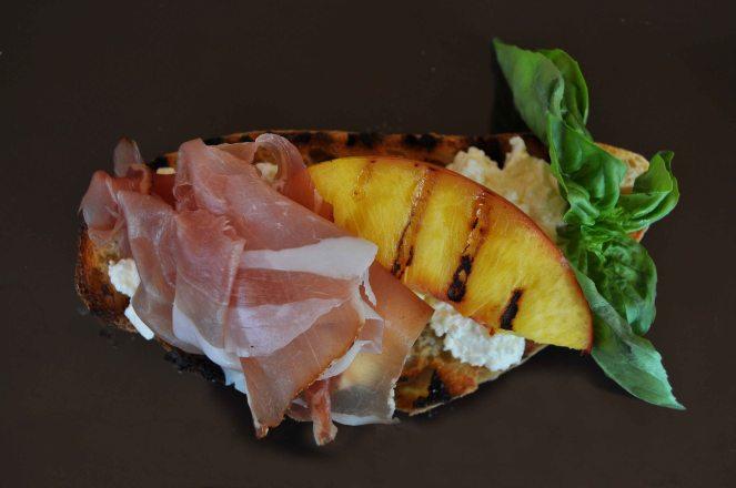 Bruschetta pesche grigliate jamon iberico e ricotta (9)