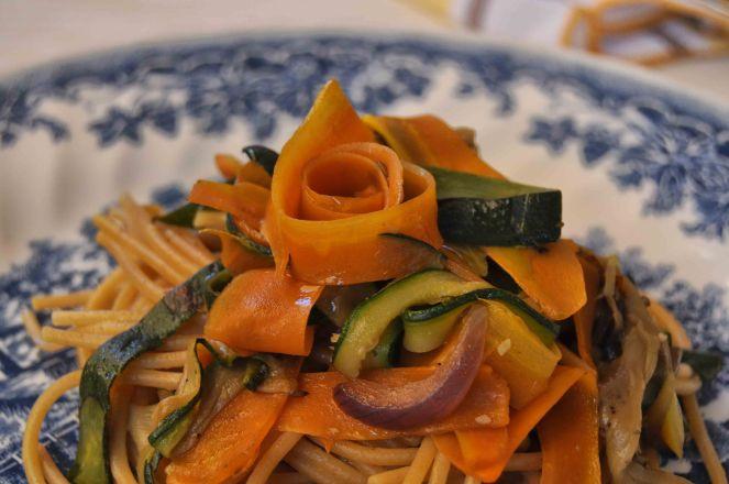 spaghetti integrali con nastri di verdure (9)