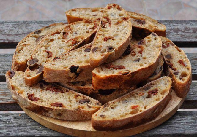 filone-rustico-con-aglio-olive-e-pomodori-secchi-1