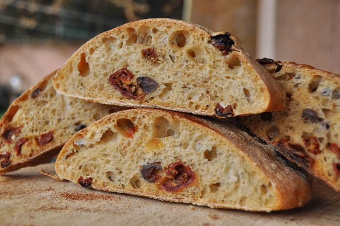 filone-rustico-con-aglio-olive-e-pomodori-secchi-15