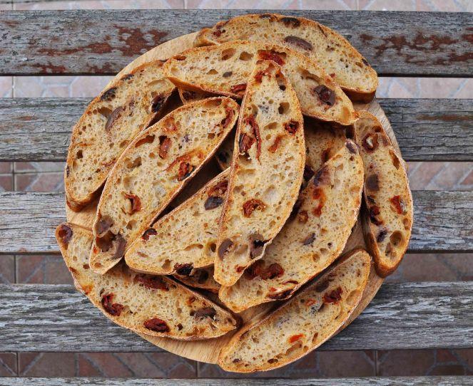 filone-rustico-con-aglio-olive-e-pomodori-secchi-18