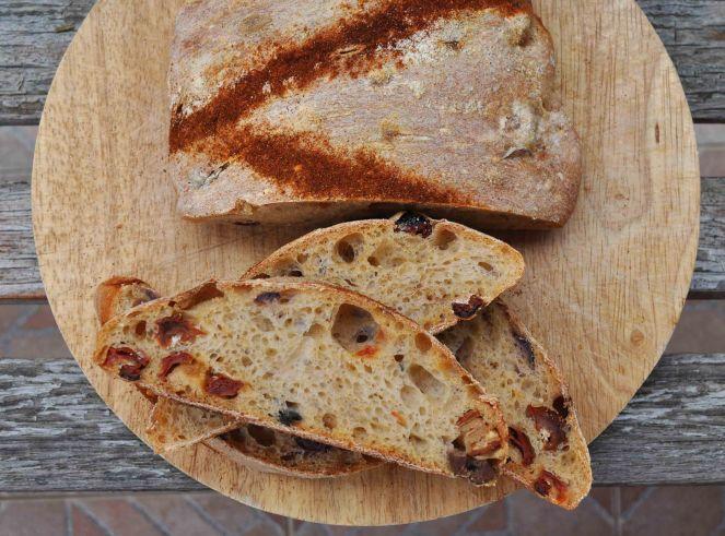 filone-rustico-con-aglio-olive-e-pomodori-secchi-4