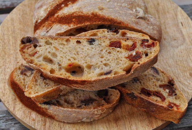 filone-rustico-con-aglio-olive-e-pomodori-secchi-5