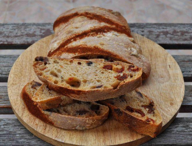 filone-rustico-con-aglio-olive-e-pomodori-secchi-6
