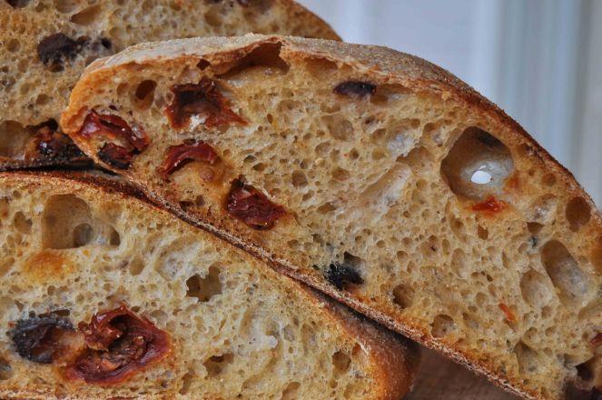 filone-rustico-con-aglio-olive-e-pomodori-secchi-9